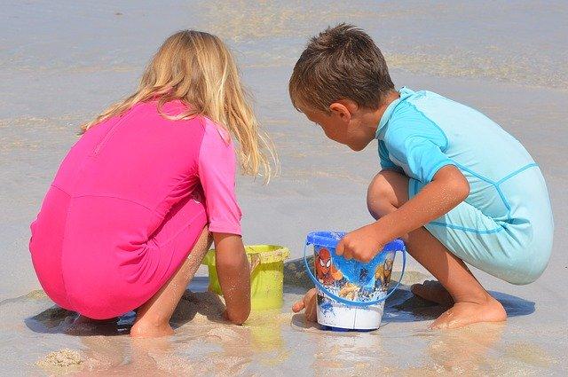 海で子どもが水遊びしている
